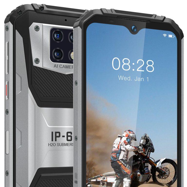 Zoom up av frem og bakside av en grå och sort telefon.